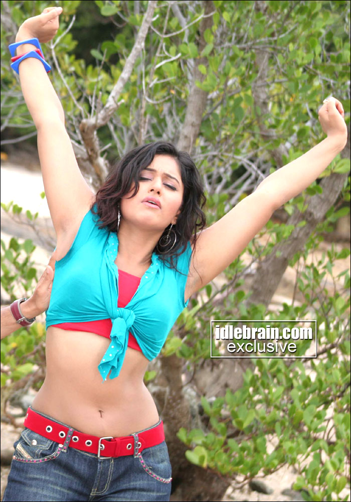 hot only: sizzling poonam bajwa naval show